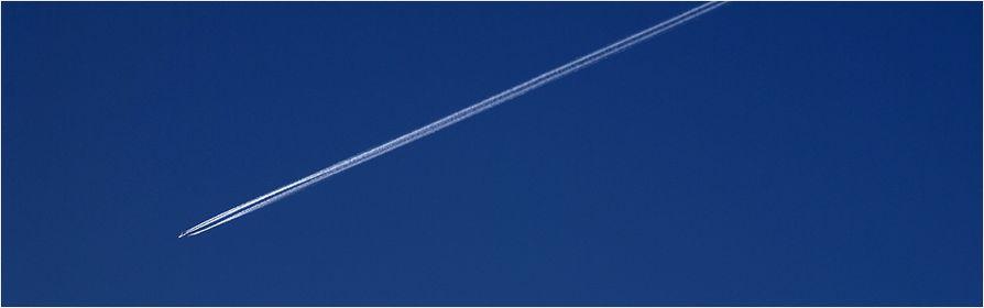 Kondensstreifen von Flugzeugen