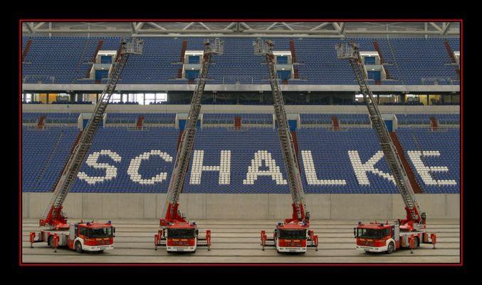 04 Drehleitern der Feuerwehr Gelsenkirchen in der Arena