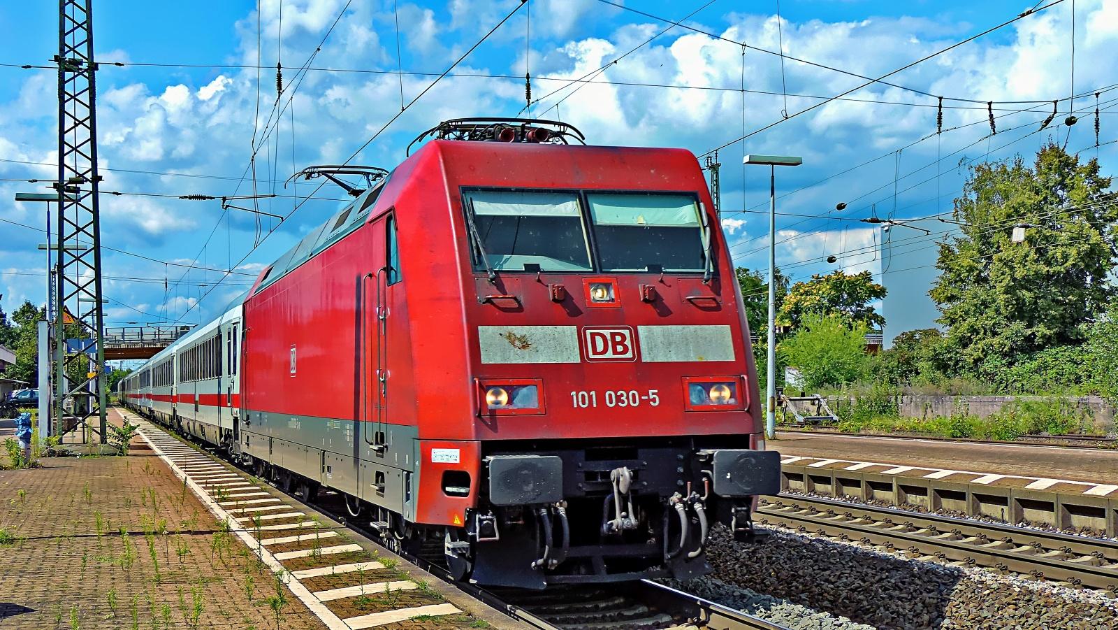 101 030-5 auf dem Weg nach Mannheim