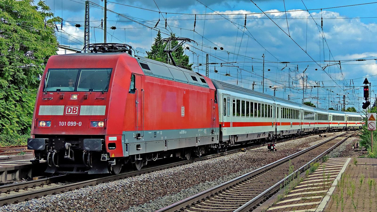 101 099-0 aus Richtung Mannheim
