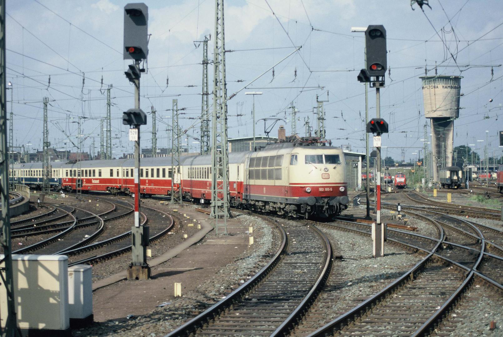 """103 185-5 mit IC 687 """"Karwendel"""" Köln  – Hamburg Altona fährt in seinen Zielbahnhof ein."""