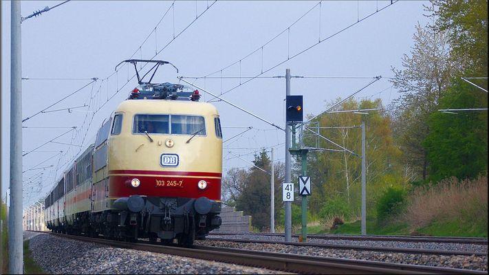 103 245-7 am 02 April 2016 bei Hochdorf Mering Richtung Augsburg