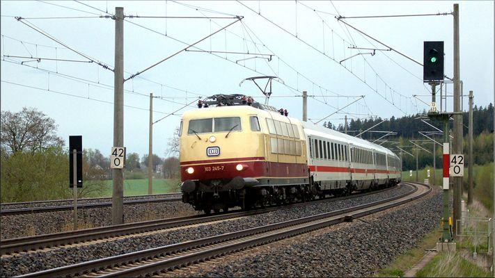 103 245-7 am 15 April 2016 bei Hochdorf Mering Richtung München