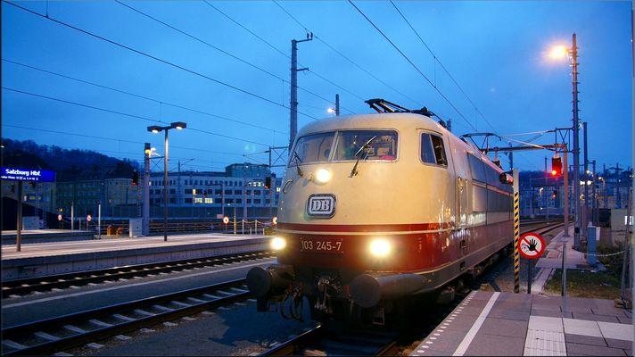 103 245-7 am 29 November 2014 kurz vor der Abfahrt in Salzburg nach München