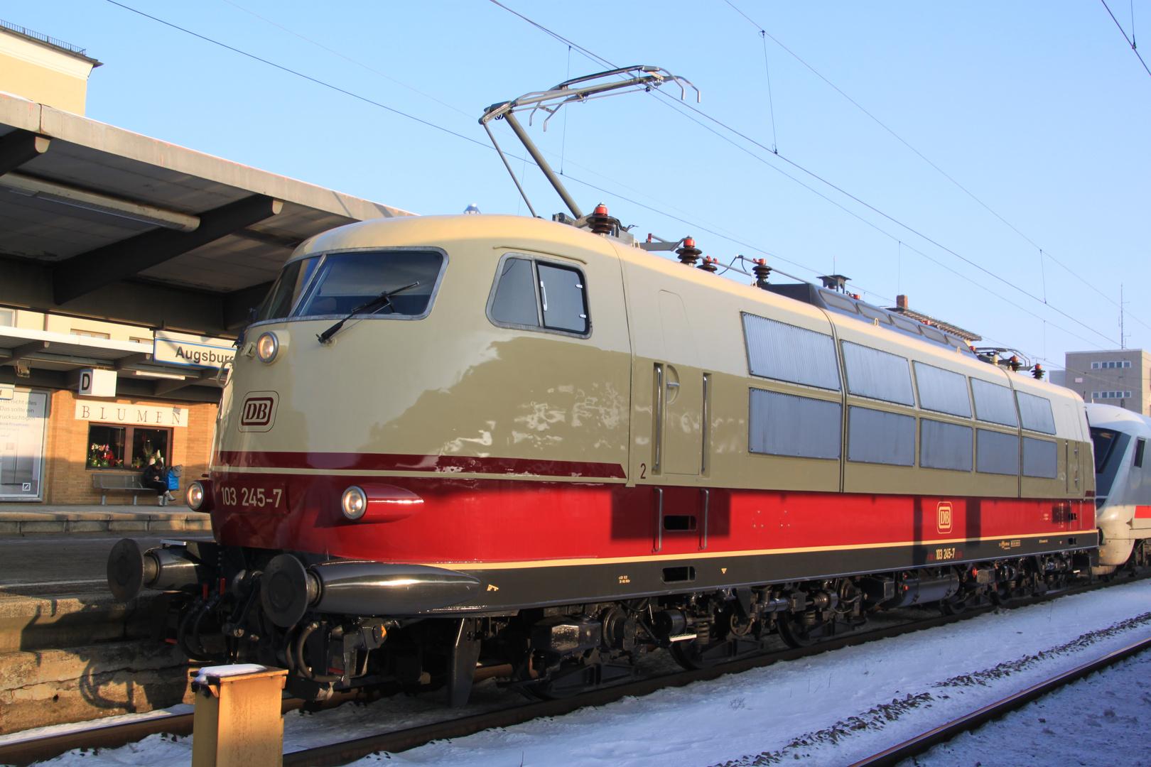 103 245-7 mit IC 2206 in Augsburg