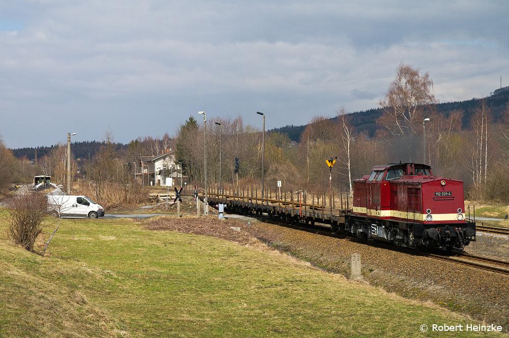 112 331-4 mit einer Sonderleistung zum Samstag von Schienen auf Flachwagen