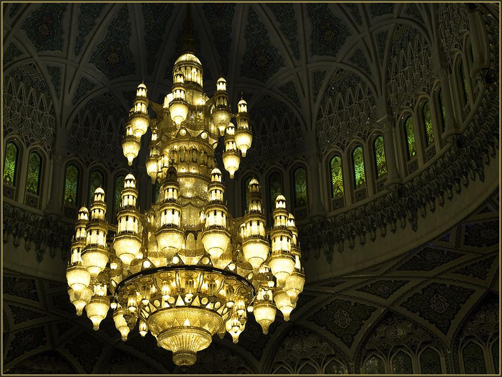 1122 Lampen erleuchten diesen Lüster.