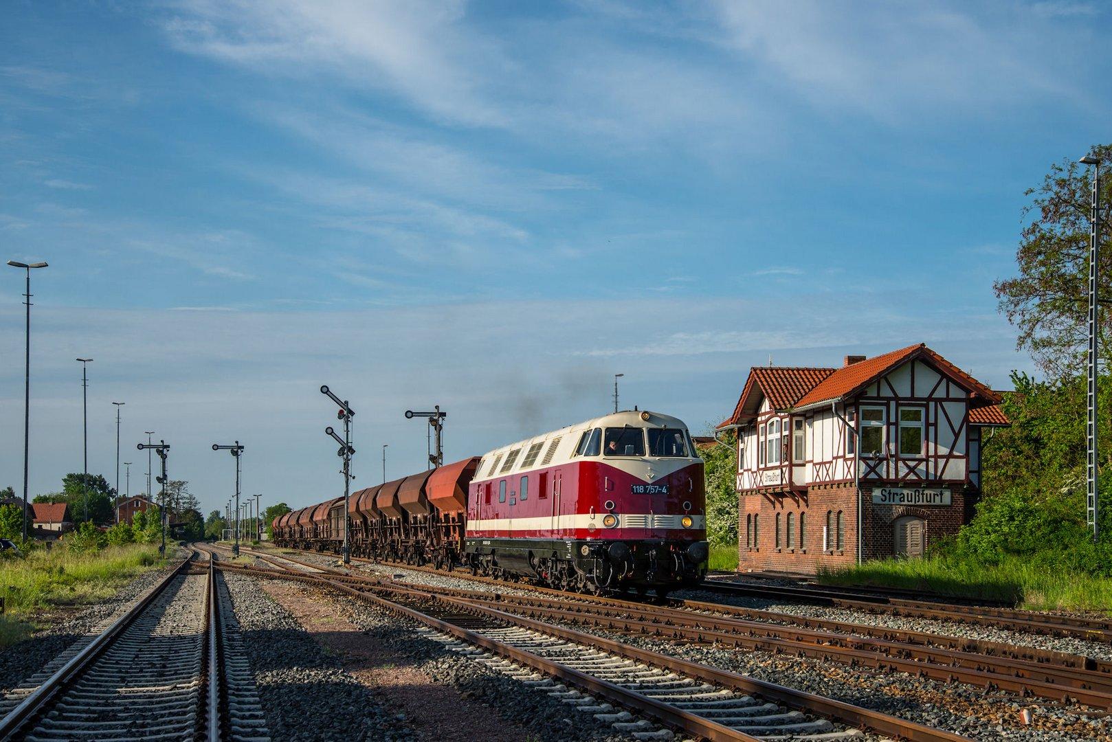 118 757-4 verlässt mit Ihrem Nahgüterzug Straußfurt...