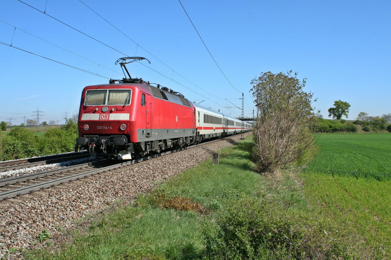 120 114-4 in der Morgensonne auf der Rheintalbahn
