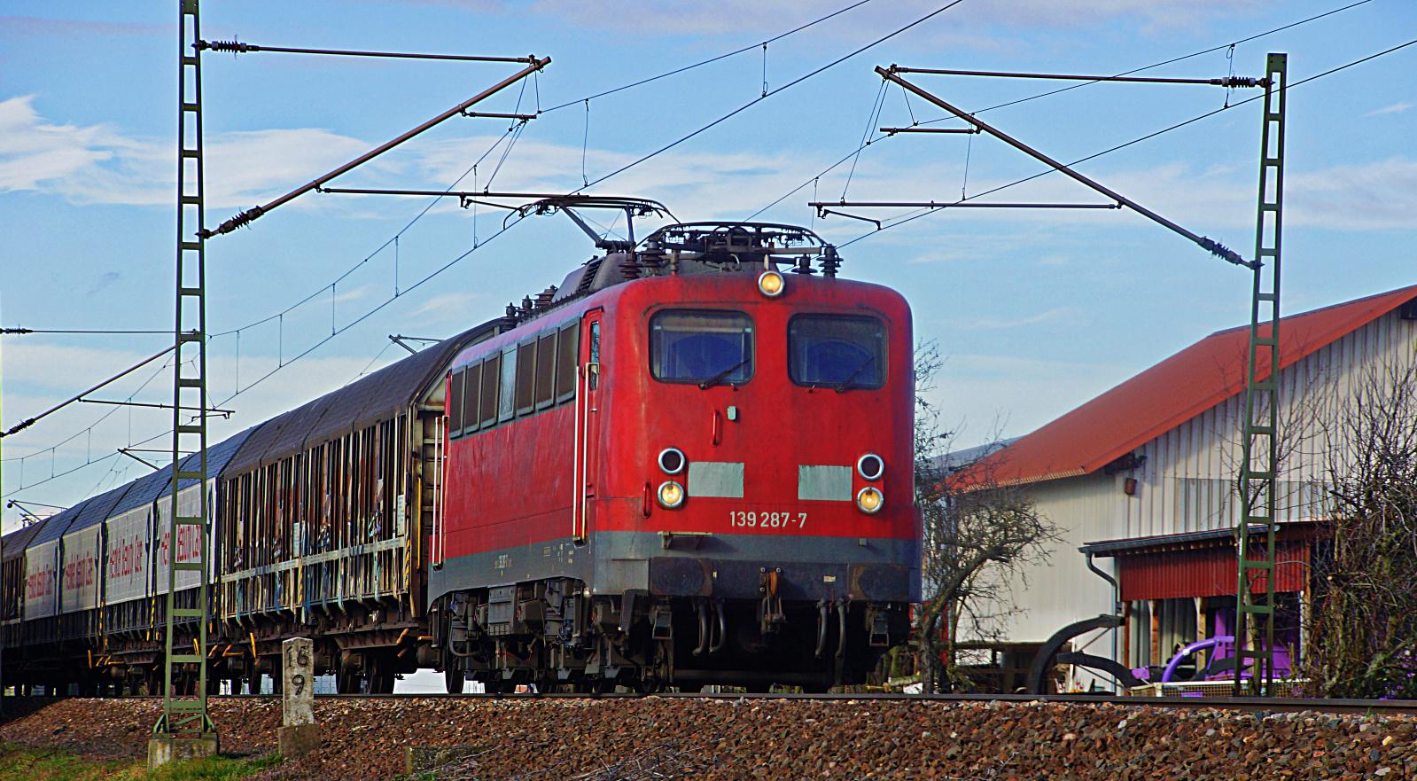 139 287-7 mit einem gem. Güterzug