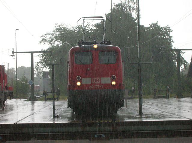 140 176 steht im Regen...