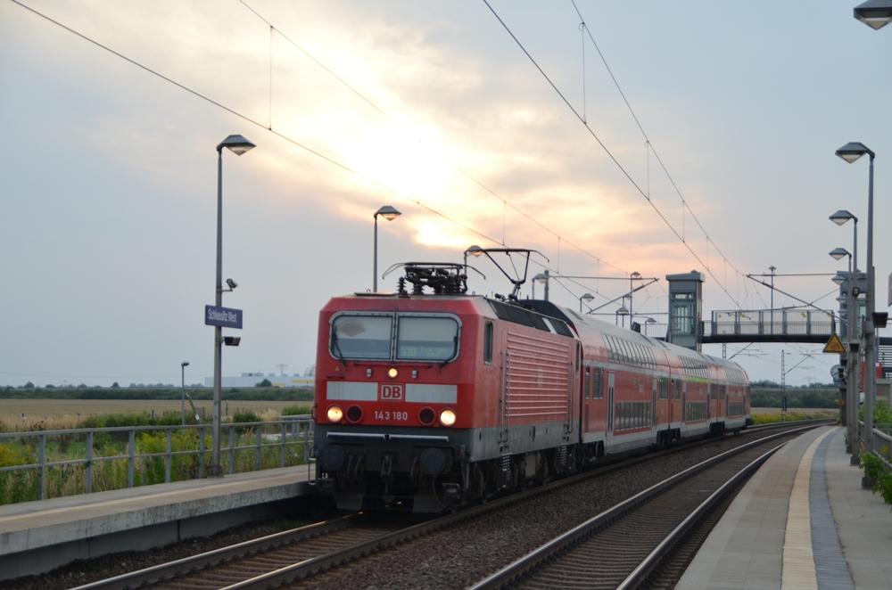 143 180 auf der S10 zwischen Halle und Leipzig im Hp Schkeuditz West