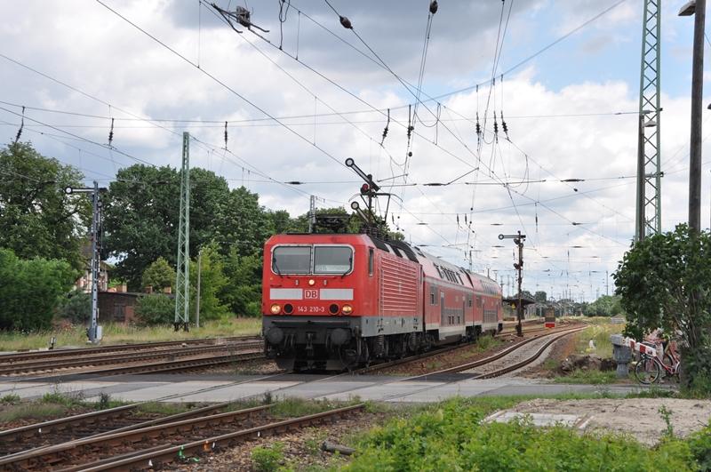 143 210 verlässt mit einer RB den Bahnhof Calau