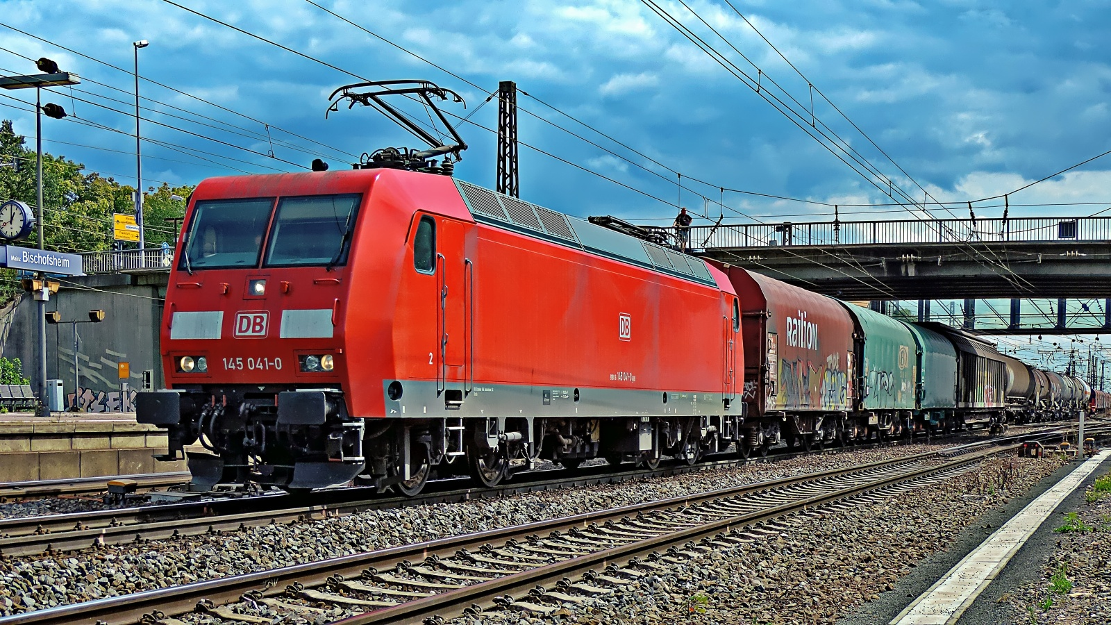 145 041-0 mit einem gem. Güterzug