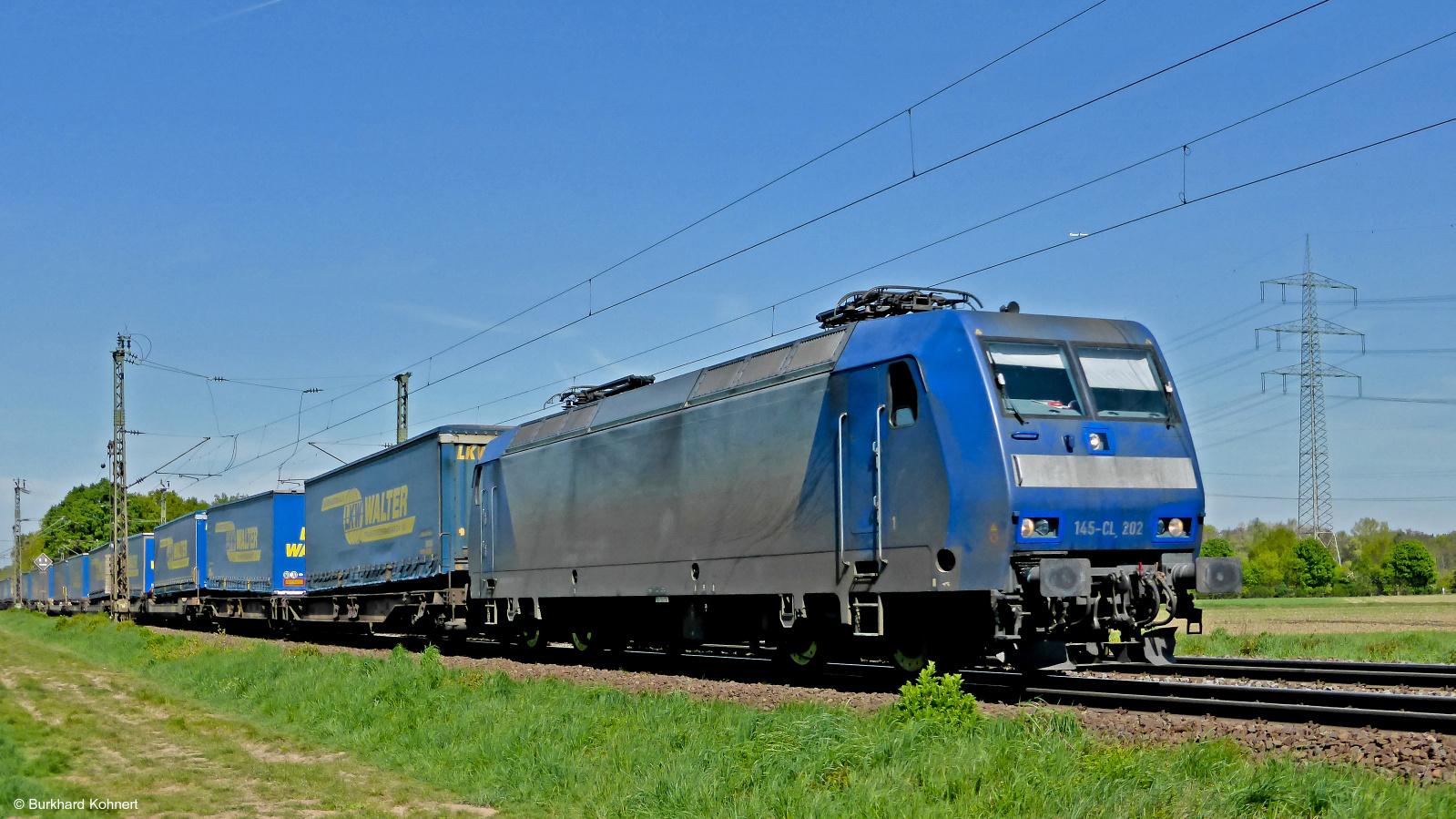 145-CL 202 mit einem Containerzug