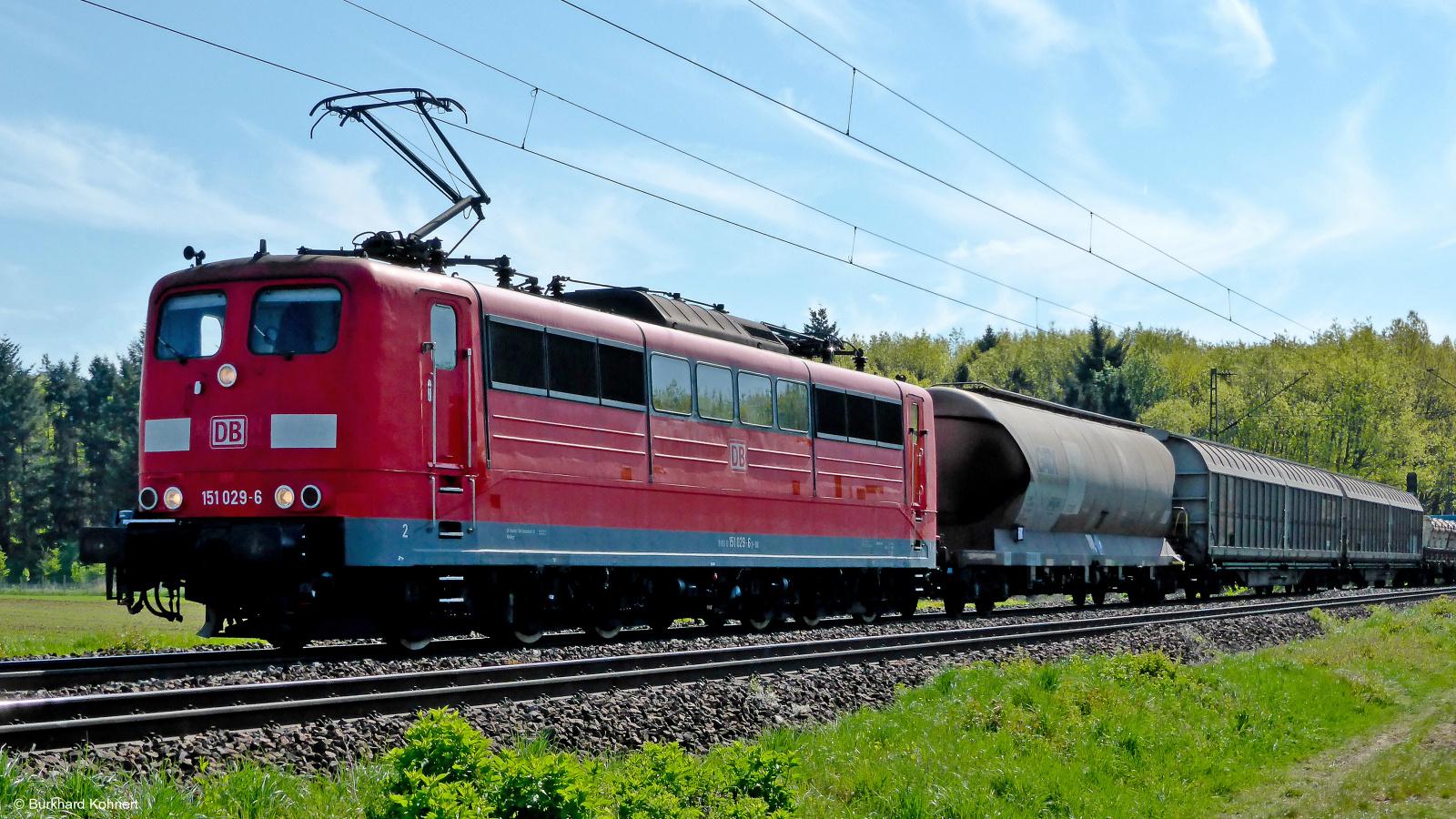 151 029-6 mit einem gem. Güterzug