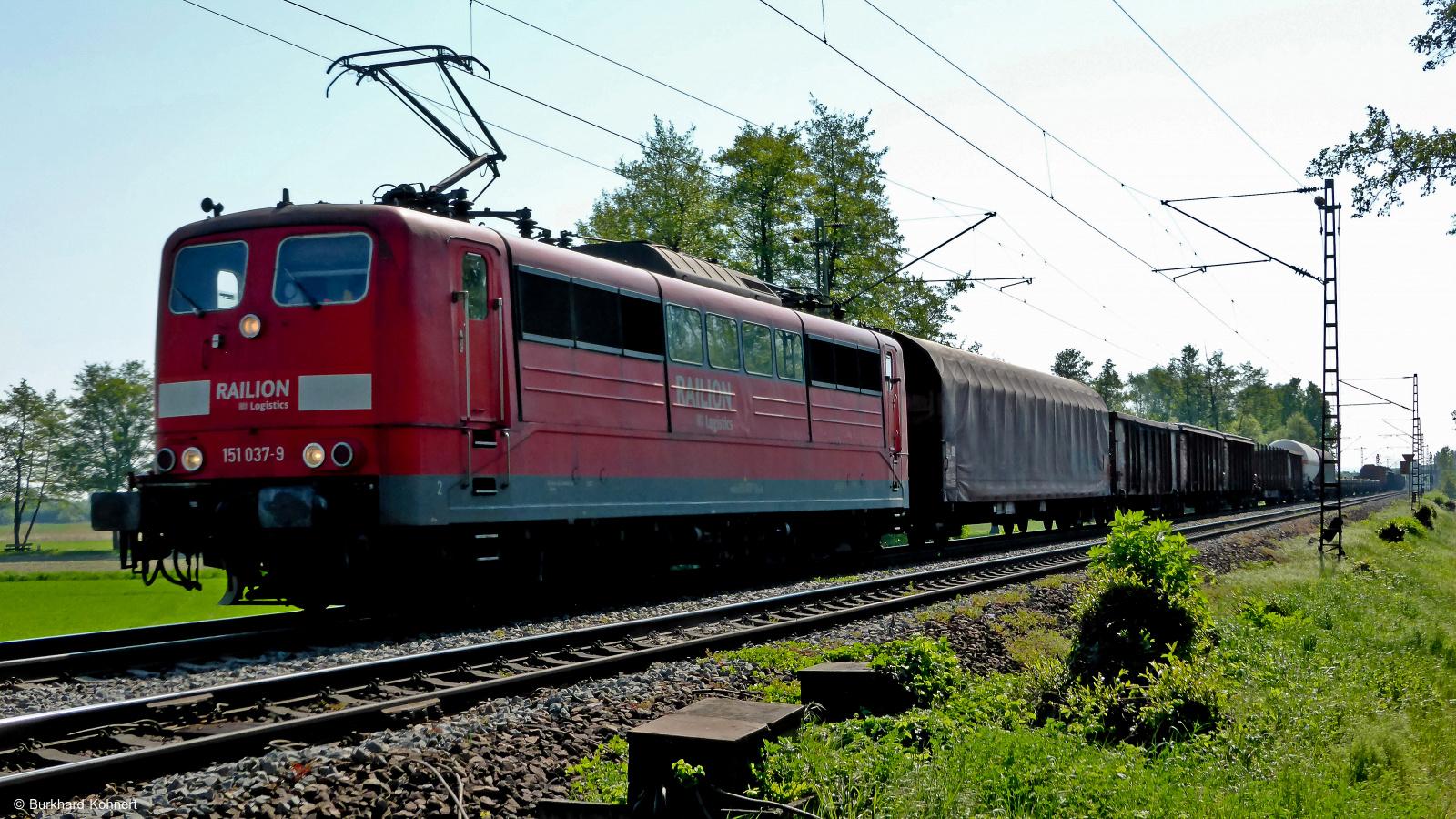 151 037-9 Railion vor einem gem. Güterzug