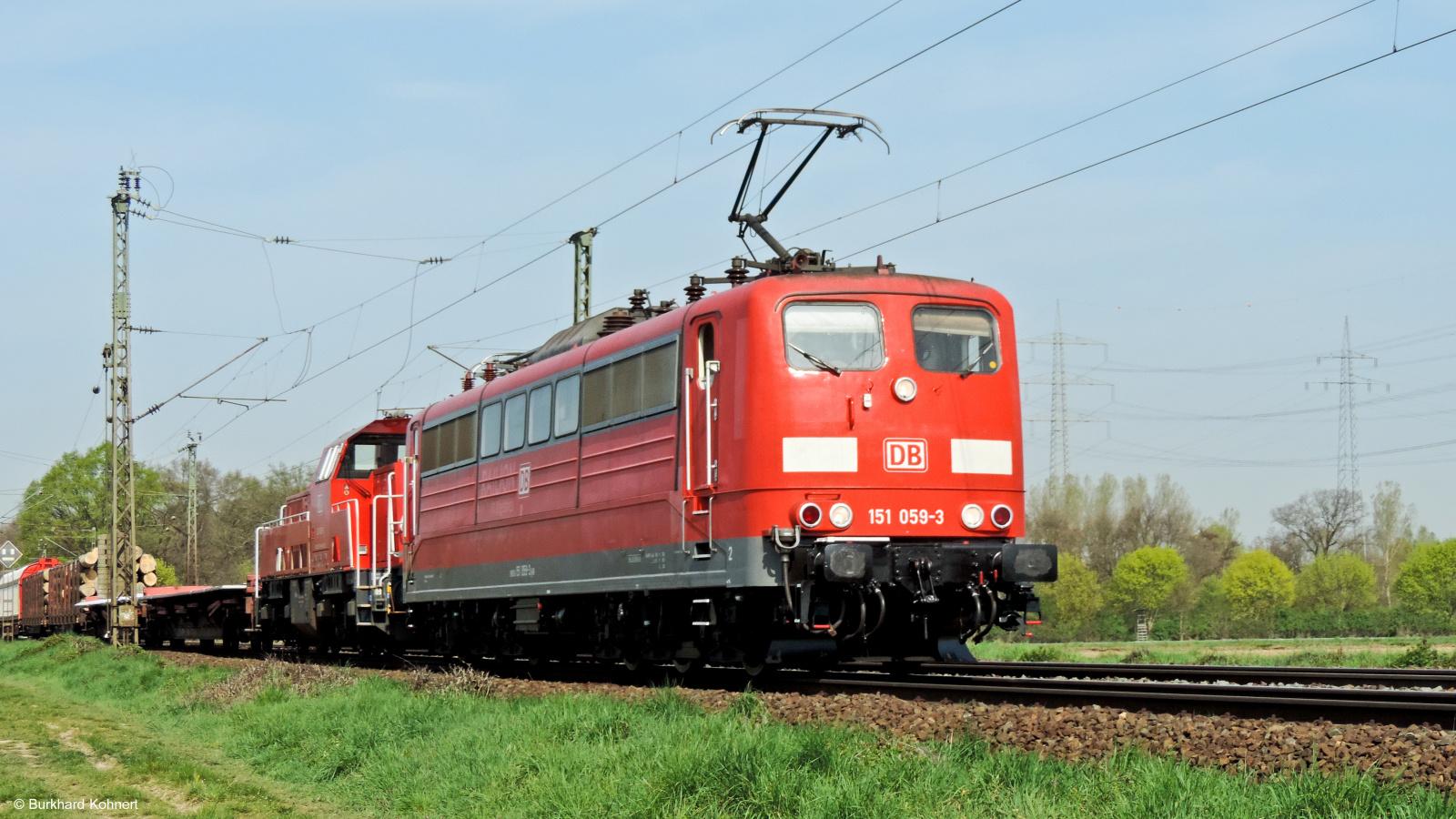 151 059-3 und eine Diesellok vor einem gem. Güterzug