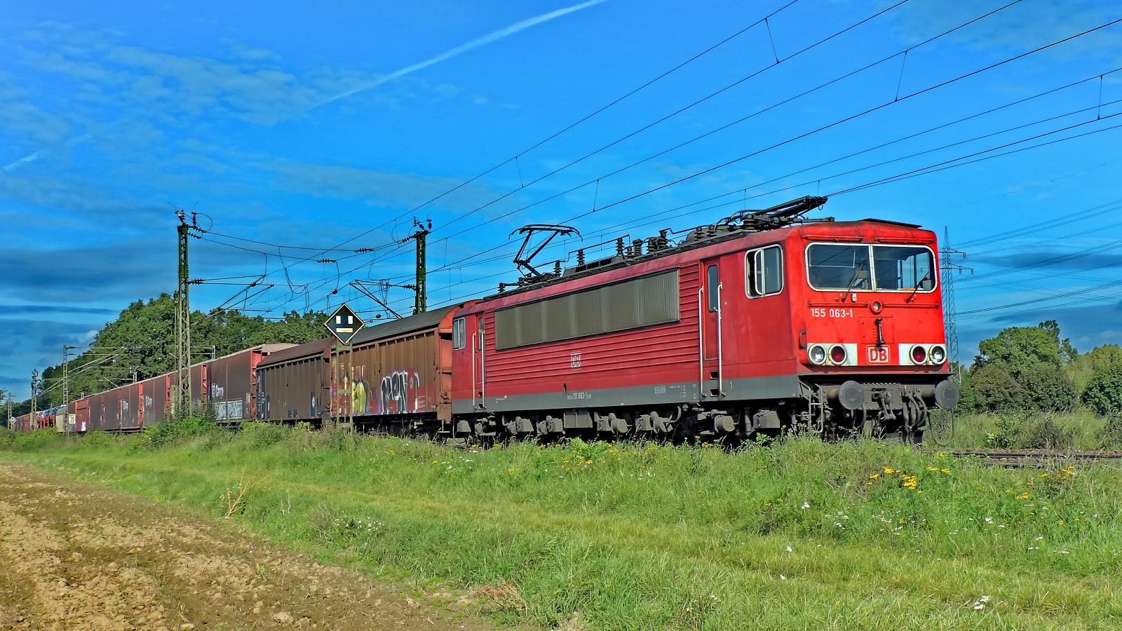 155 063-1 vor einem gem. Güterzug