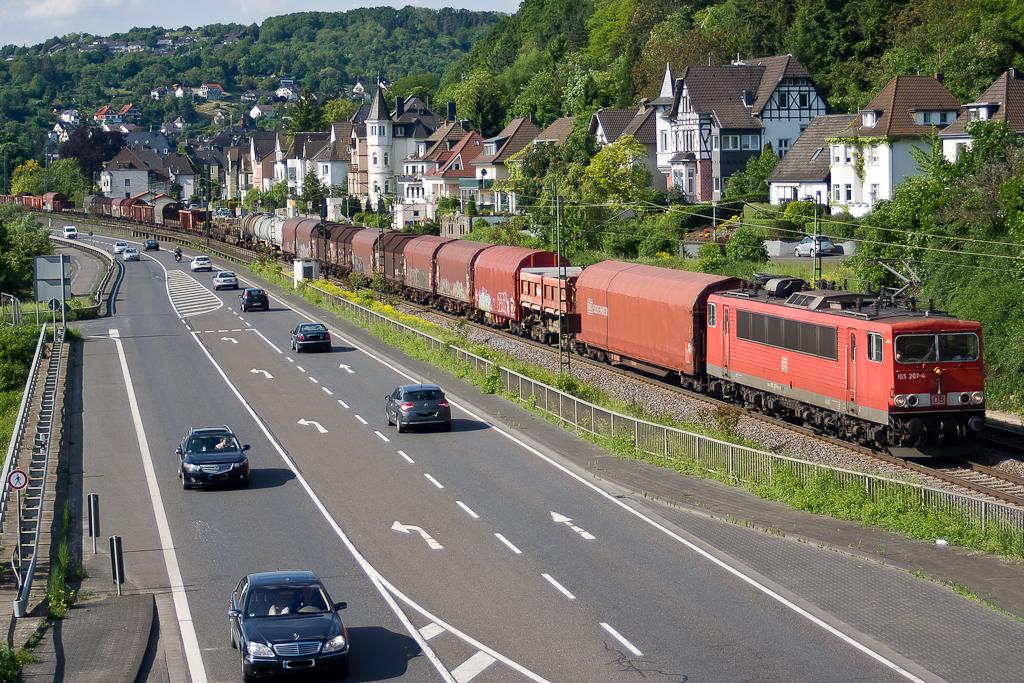 155 207-4 mit gemischtem Güterzug bei Linz am Rhein.