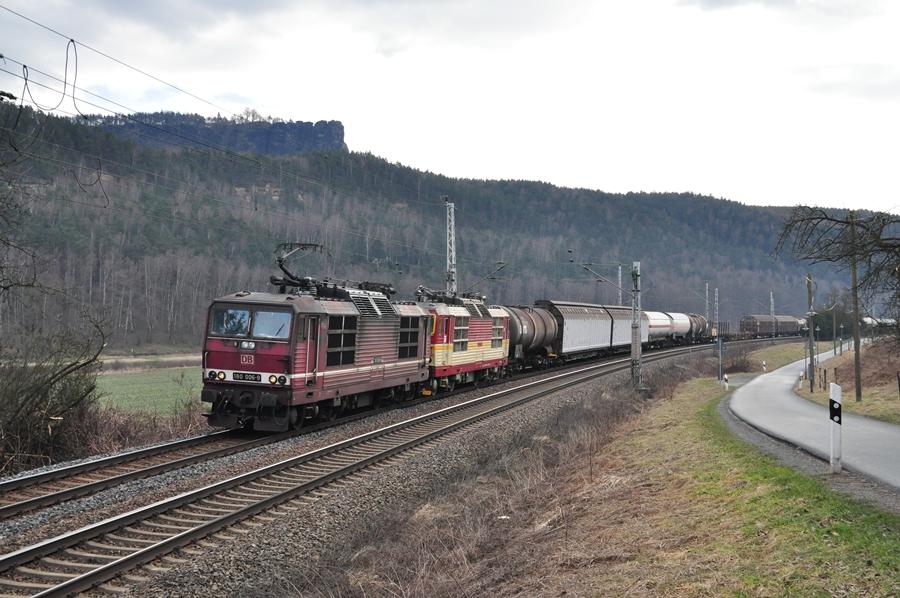 180 006 und eine 372er der CD im Elbtal zwischen Bad Schandau und Pirna