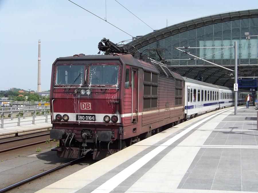 180 016 mit dem Berlin-Warschau-Express am Berliner Hbf