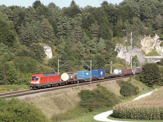 182 018 mit einem Güterzug