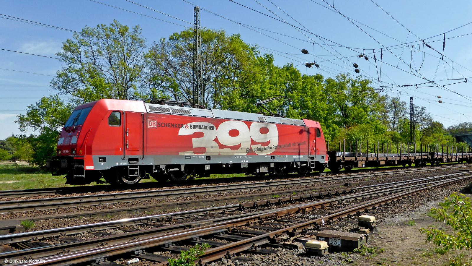 185 399-3 Schenker & Bombardier vor einem Ganzzug