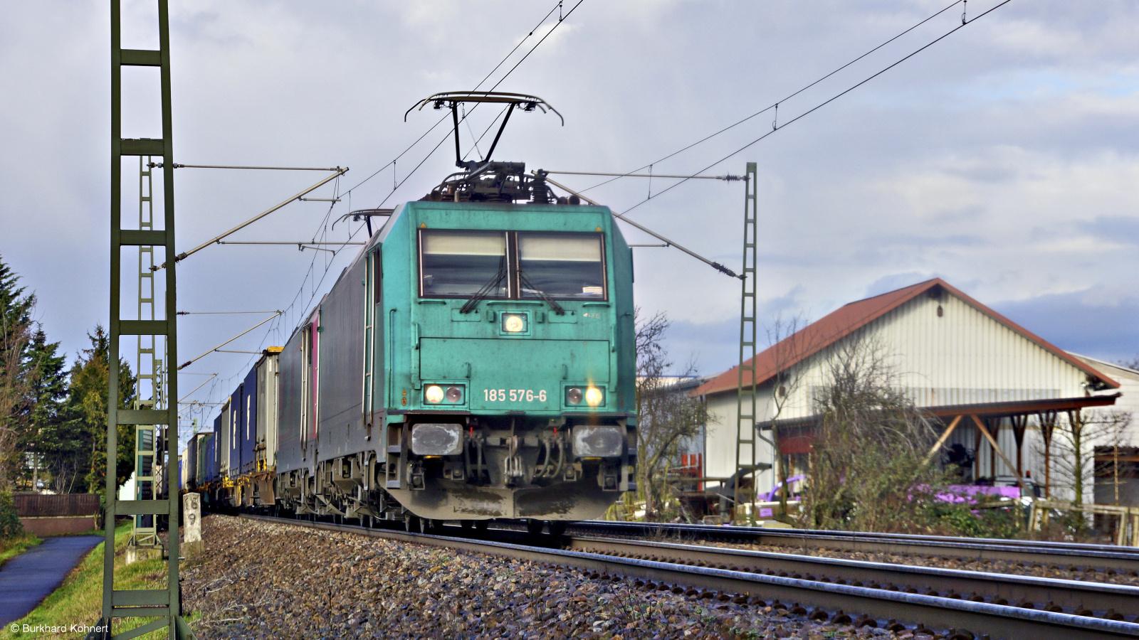 185 576-6 und ? passieren mit einem gem. Güterzug