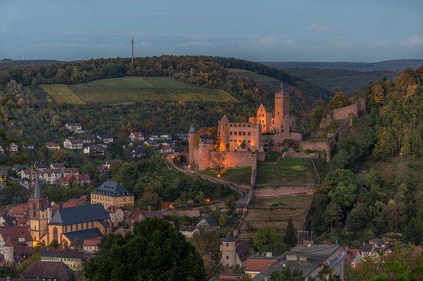 18.50 Uhr, die Wertheimer Burg erstrahlt in schönstem Licht