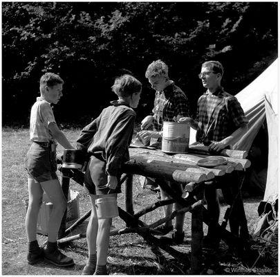 "1957 Jugendzeltlager im Baybachtal-Hunsrück (33) ""Marmeladen-Verteilung"""
