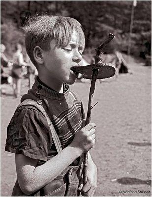 1957 Jugendzeltlager im Baybachtal-Hunsrück (36) Brotrösten am  Lagerfeuer