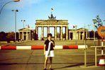 1971 vor dem Brandenburger Tor in Berlin