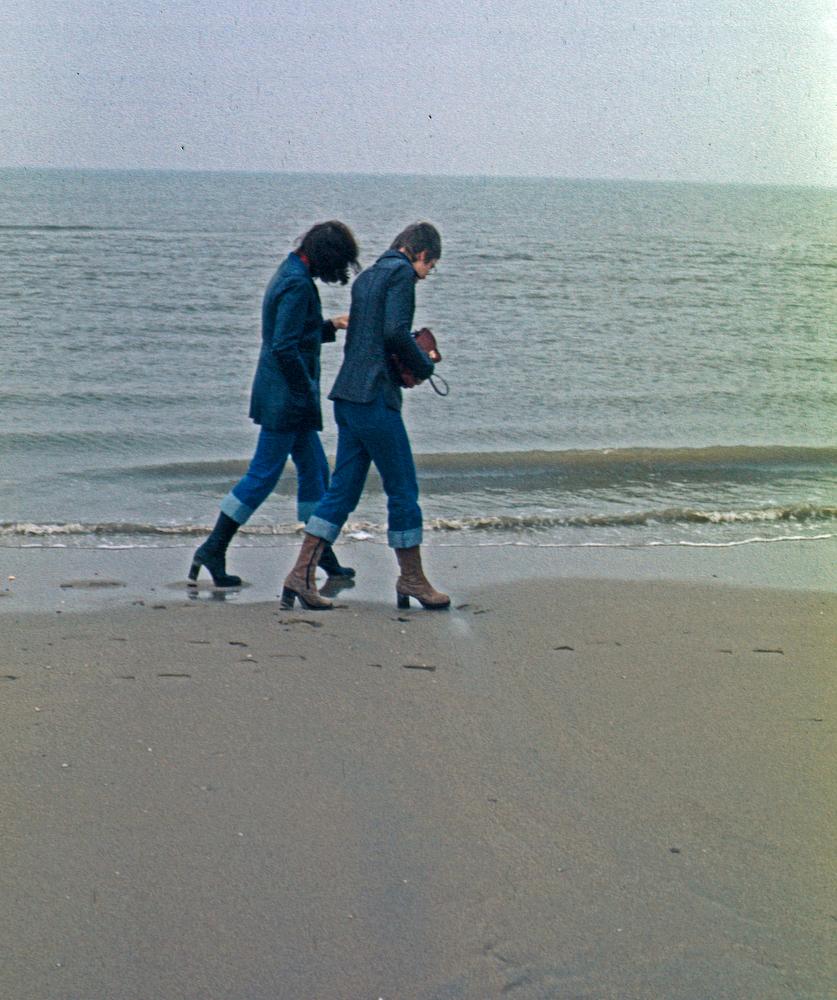 1978 Stiefel und Jeans am Strand von Katwijk (NL)