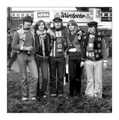 1980: HSV-Fans auf dem Weg zum Stadion. Heimspiel gegen Dortmund. Mit Kaltz, Hrubesch und Magath..