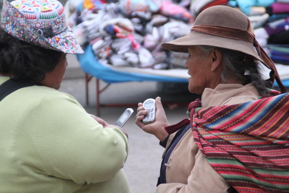 2 Bauersfrauen und 2 Handymodelle ... in Peru