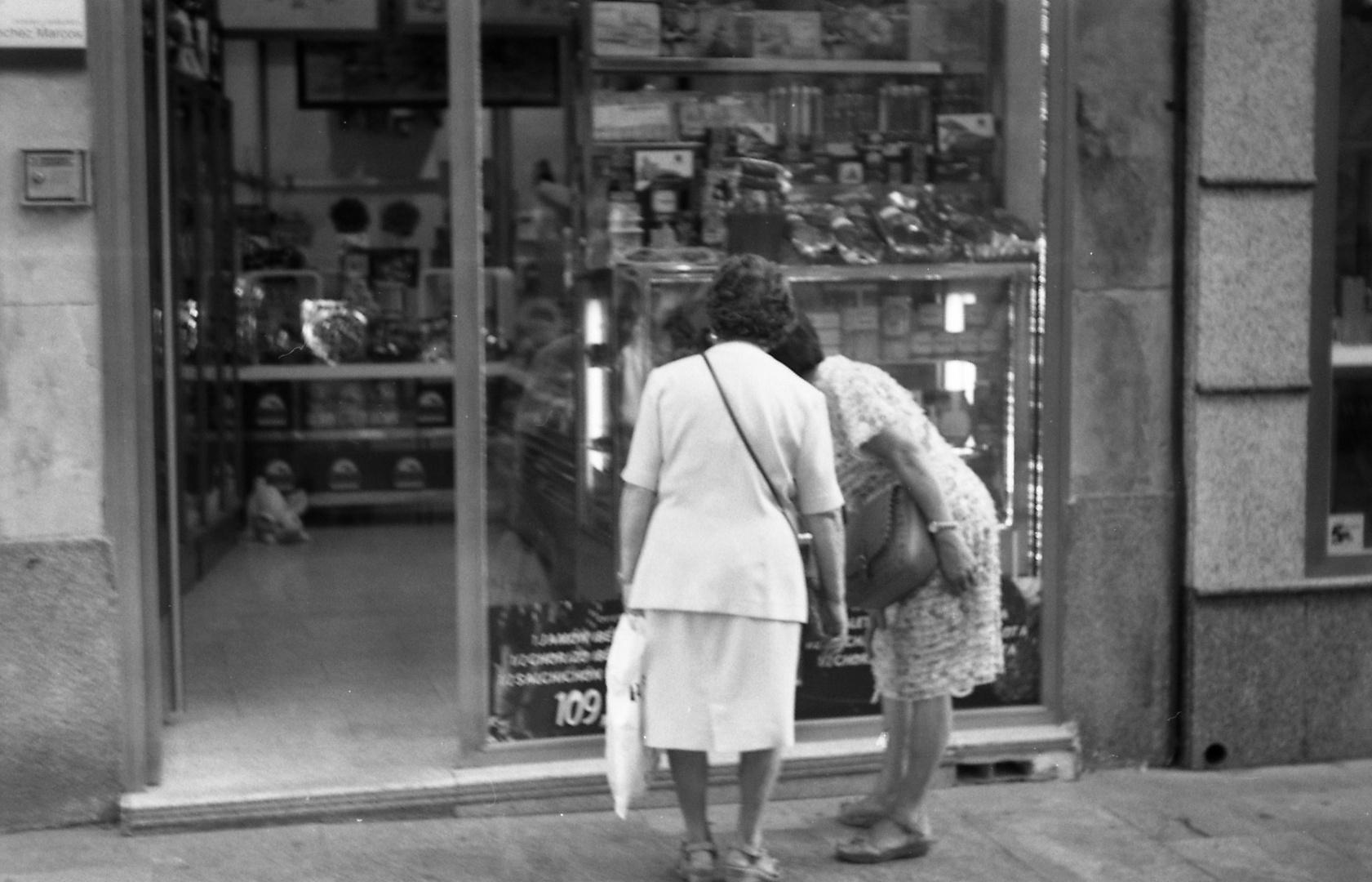 2 Damen vor einem Laden in Salamanca