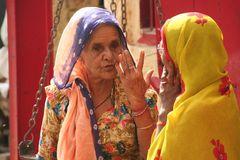 2 Frauen diskutieren INDIA SW+col Ü850K