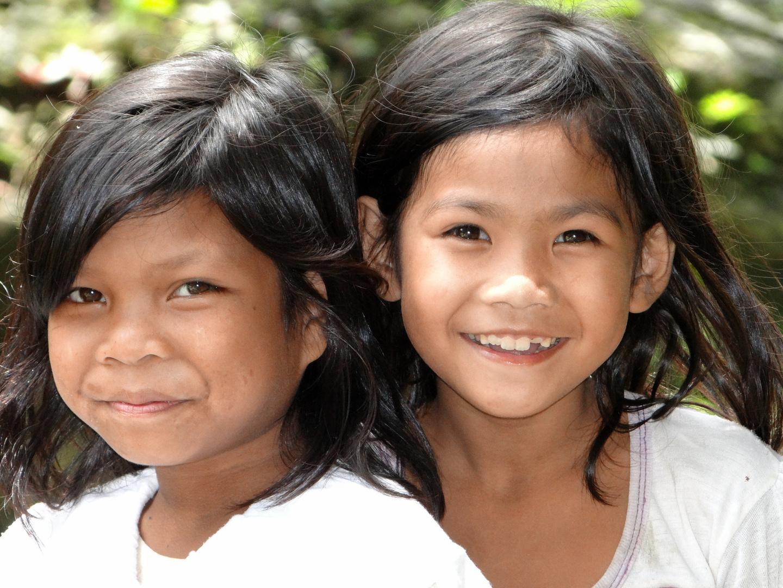 2 glückliche Mädchen