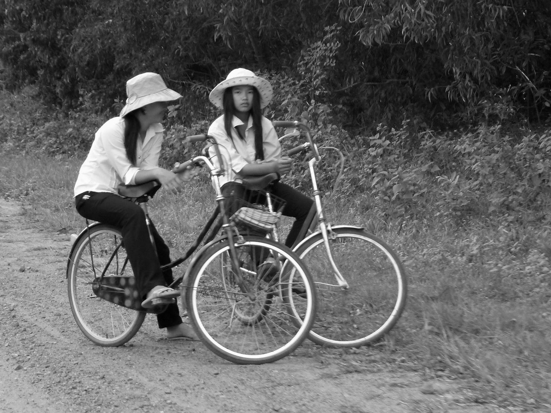 2 junge Frauen auf dem Fahrrad