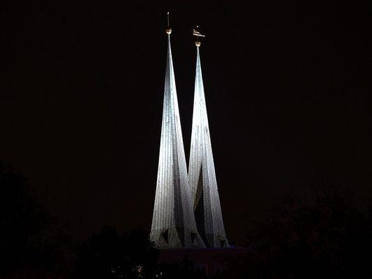 2 Kirchturmspitzen in der Dunkelheit