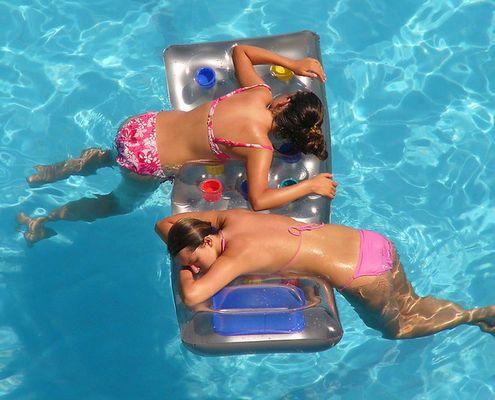2 Mädchen auf Luftmatratze