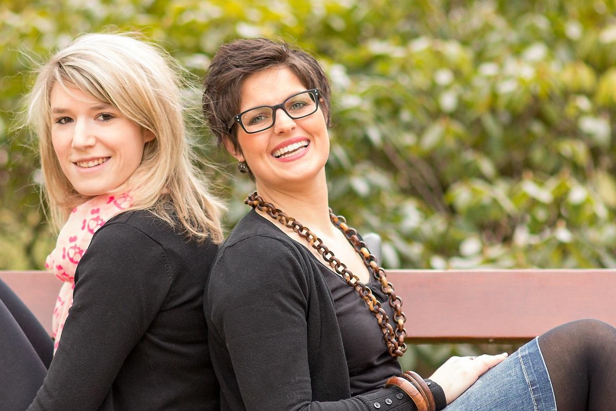 2 Mädels auf einer ehrlichen, unverschuldeten BANK :-)