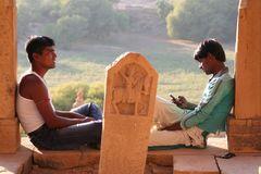 2 Maenner mit Handy Indien