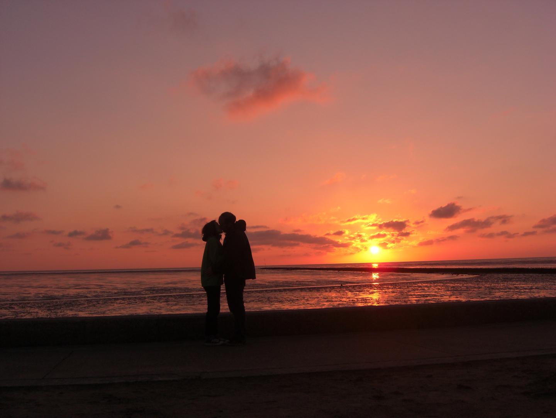 2 Menschen, Kuss, Sonnenuntergang