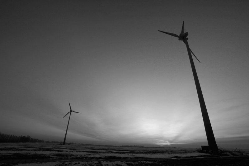 2 neuzeitliche Windmühlen...