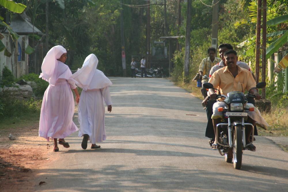 2 Nonnen und  2 Motorradfahrer in Kerala Backwaters, Indien