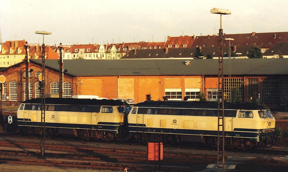 218 462-0 und 218 338-2 im Bw Lübeck September 1987