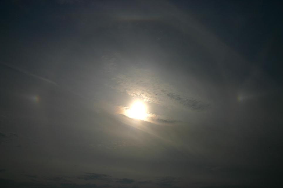 22°-Halo mit linker und rechter Nebensonne...