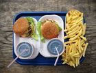 2x Hamburger, Pommes, Cola. (Ketchup fehlt.)